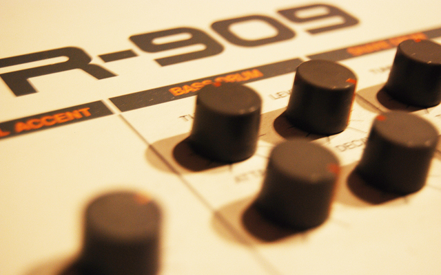 Listing_background_roland_tr_909_drum_machine_closeup