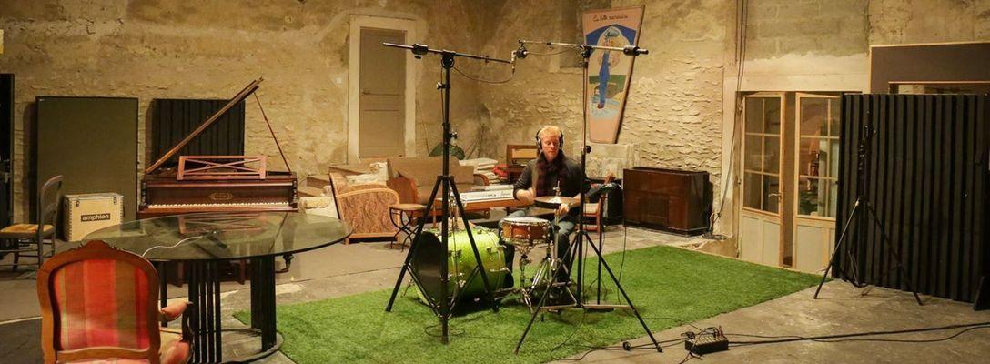 Listing_background_drumroom