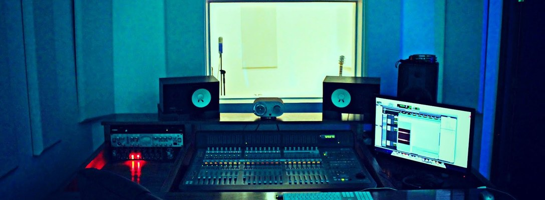 Listing_background_control_room_studio_a