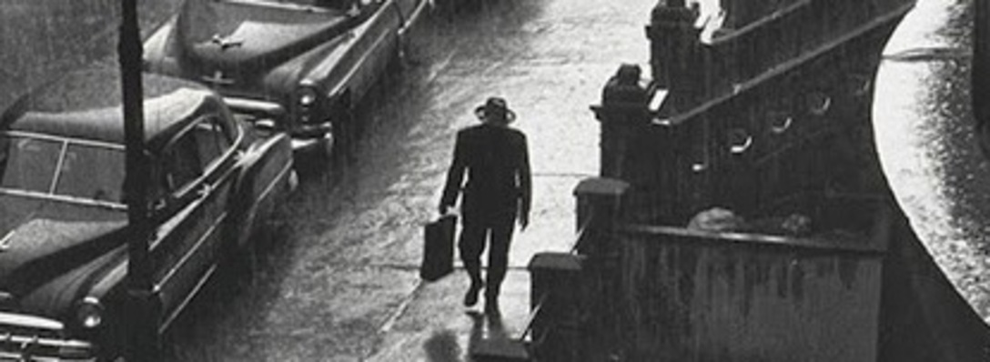 Listing_background_man_in_the_rain__new_york_city__1952._photographer_ruth_orkin