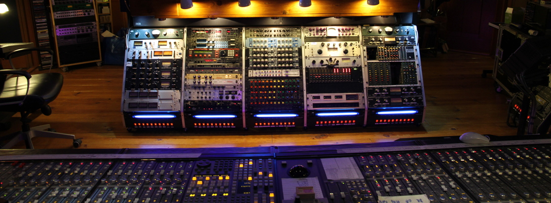 Listing_background_pixel_room_cr_view_console_-_outboard_gear_ii