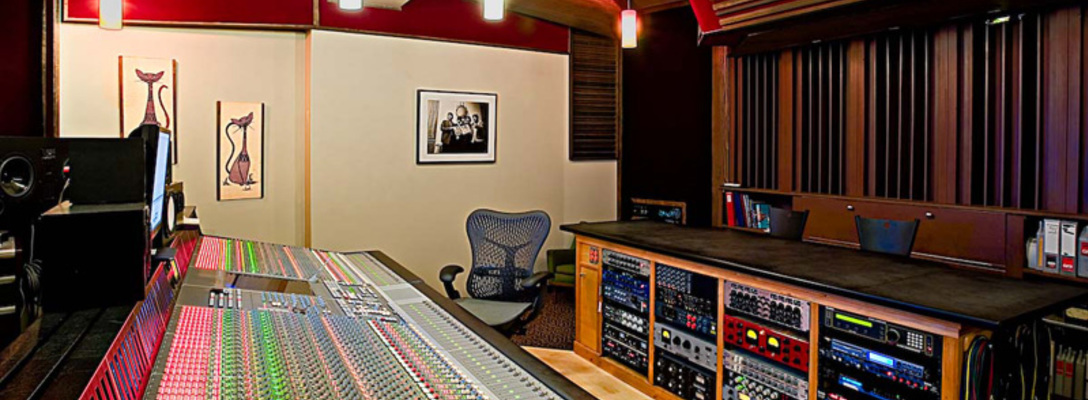 Listing_background_electrokitty-recording-control-room-1