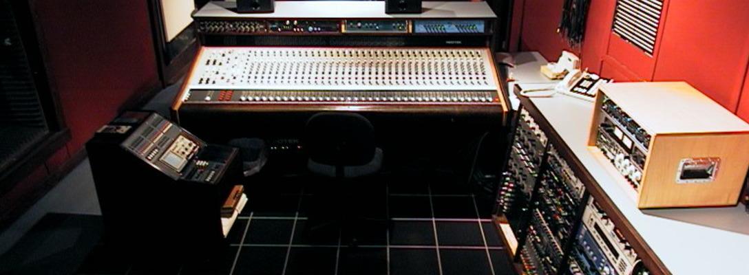 Listing_background_studiob-controlroom-02